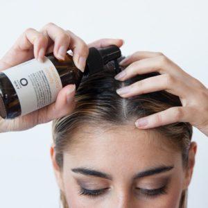 aplicar produtos na raiz do cabelo oleoso