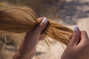cabelos ressecados causas