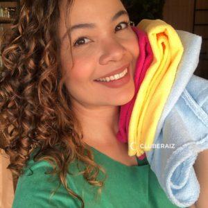 toalha de microfibra ajuda a controlar o frizz