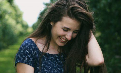 Pode hidratar o cabelo oleoso? Veja dicas para cuidar dos fios sem pesar