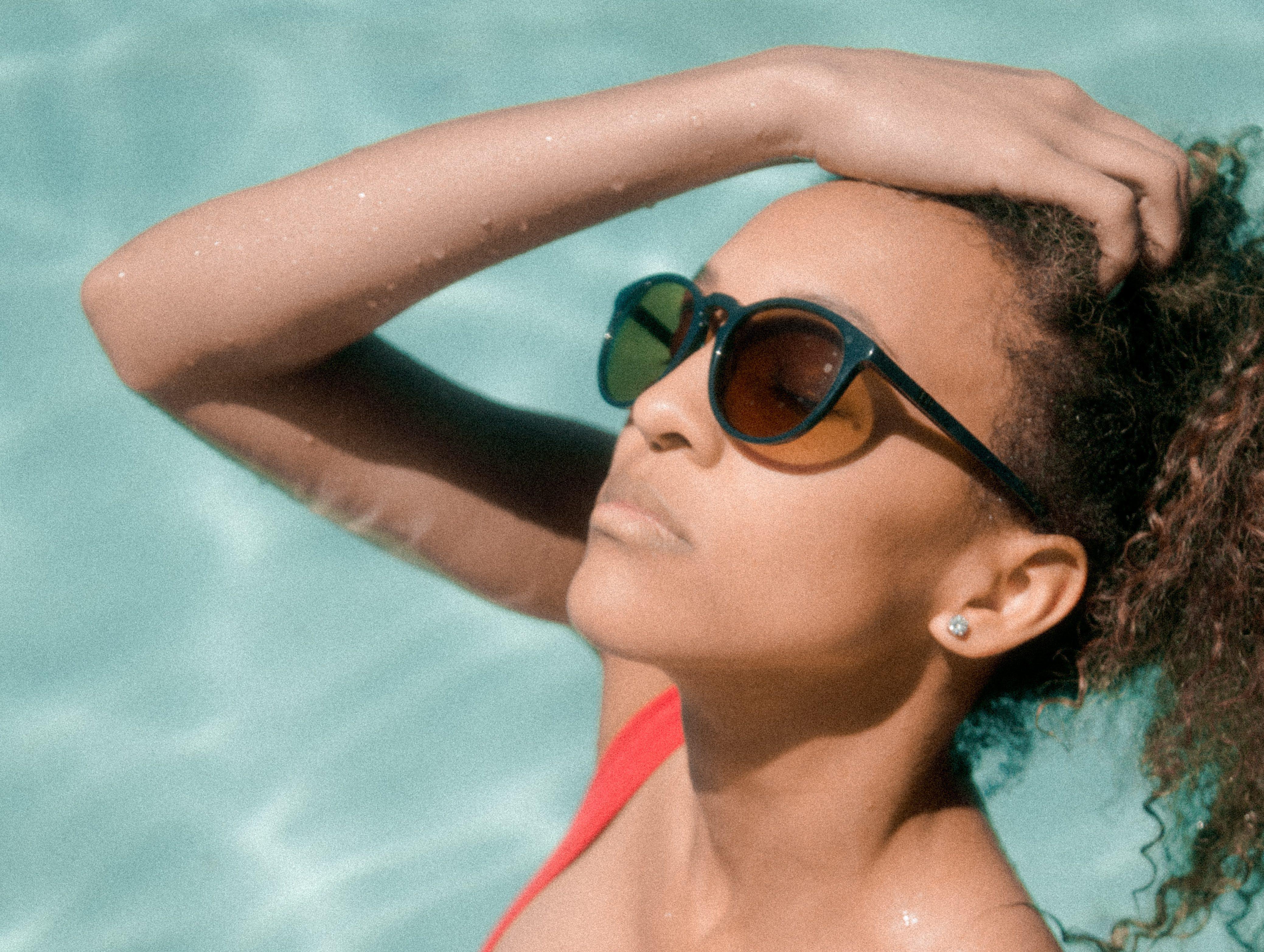 Cabelo cacheado: como cuidar dos cachos depois da piscina