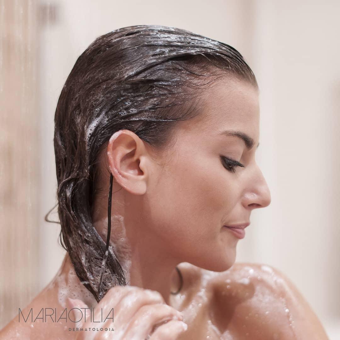 a agua quente afeta o couro cabeludo