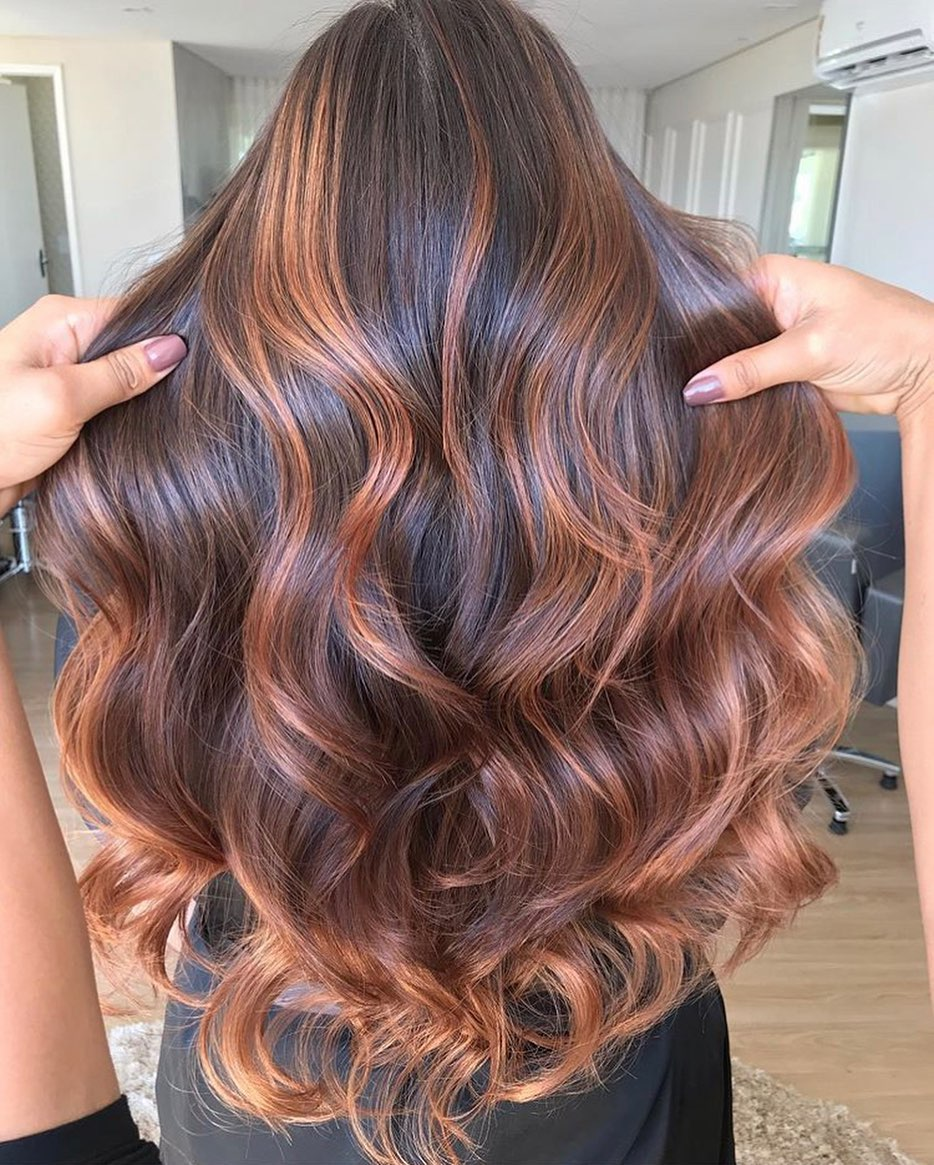 Cor de cabelo chocolate com luzes
