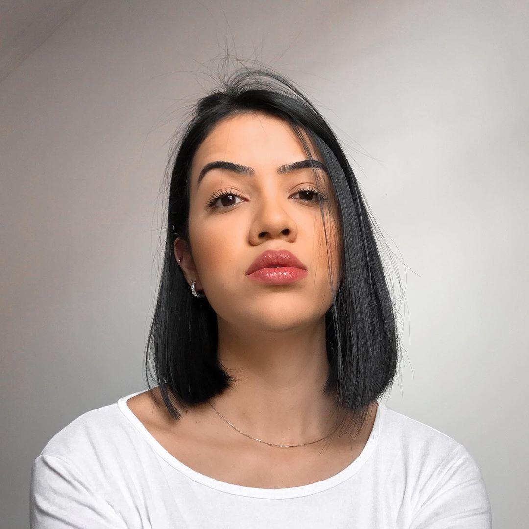 Modelo de corte de cabelo médio reto