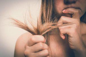 função da água oxigenada no cabelo