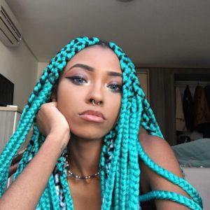 trança colorida com linha de crochê