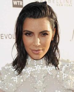 celebridade usando cabelo molhado