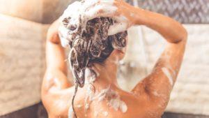 lavar cabelo com agua quente